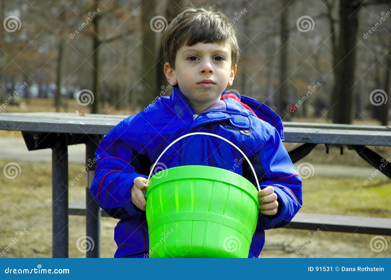 Enfant sur le banc de stationnement