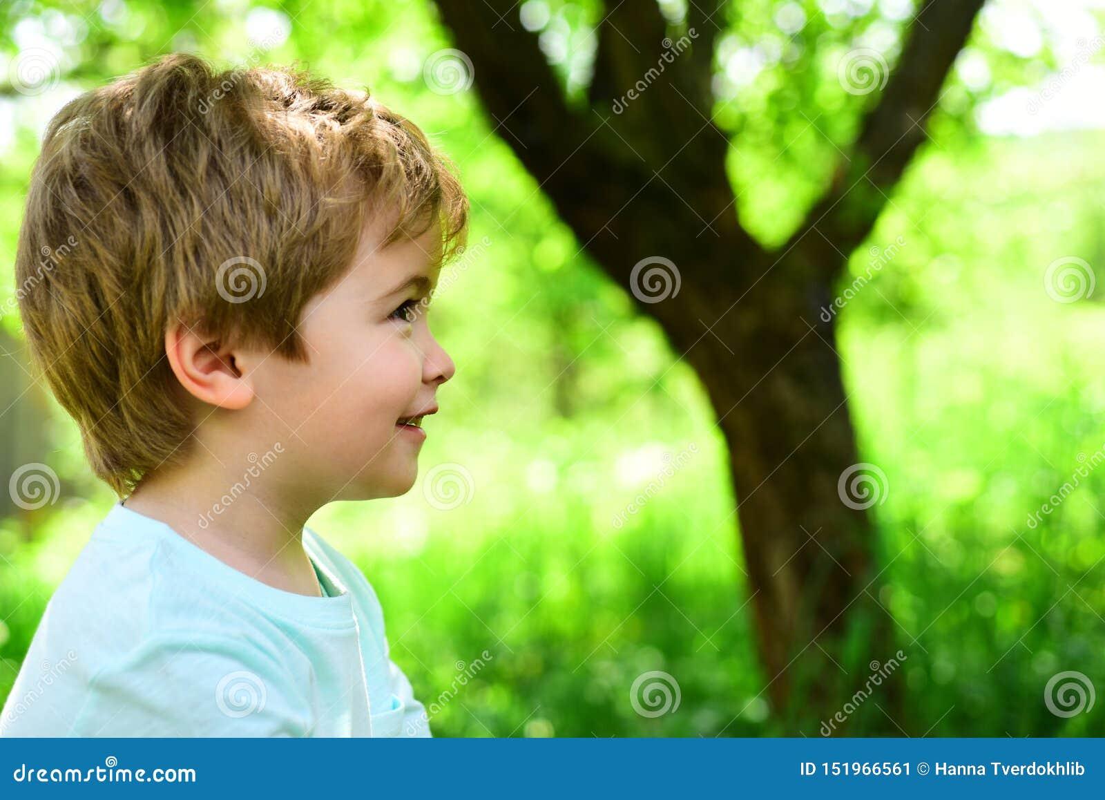 Enfant sur le fond vert de nature ressort et joie Le petit gar?on regarde loin Portrait Allergie et pollinosis Beau