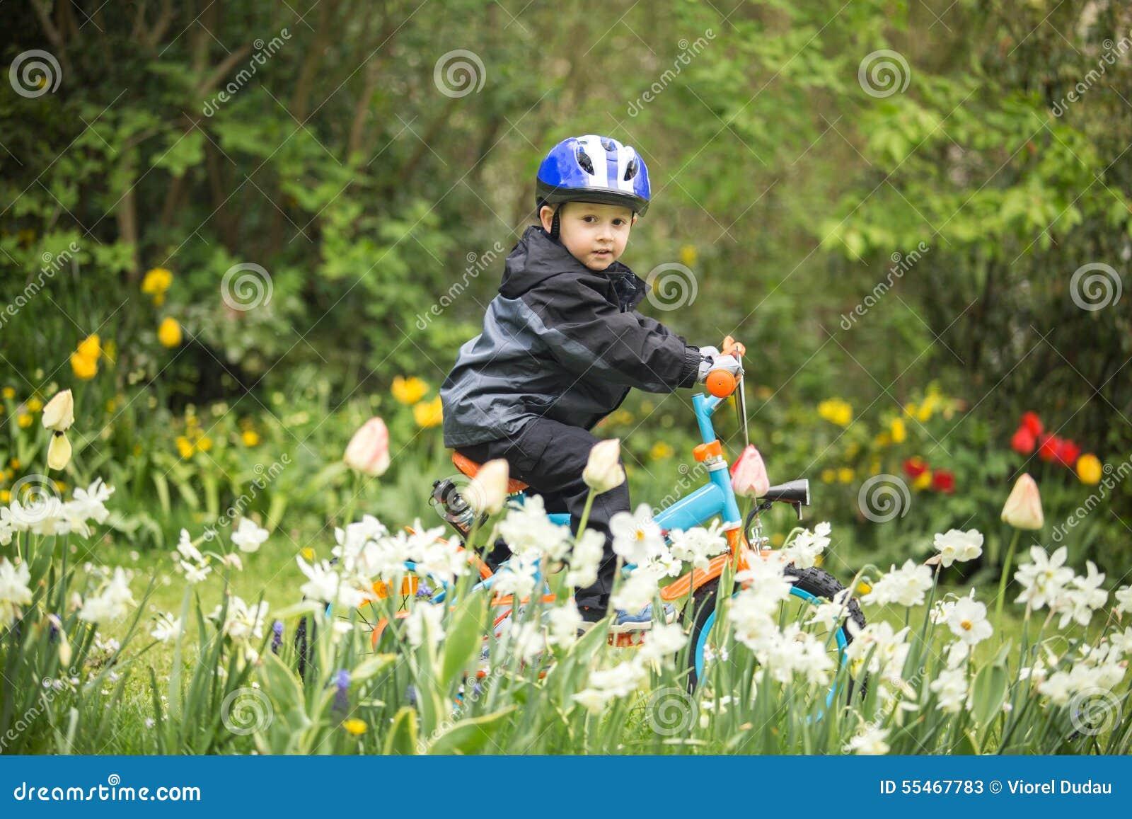 Enfant sur le vélo