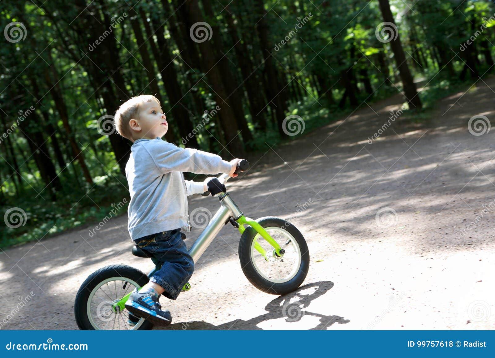 Enfant sur le vélo d équilibre