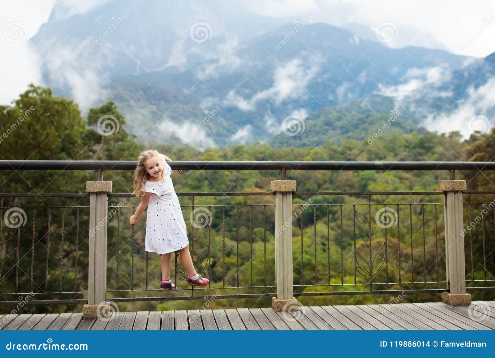 Enfant trimardant en montagnes