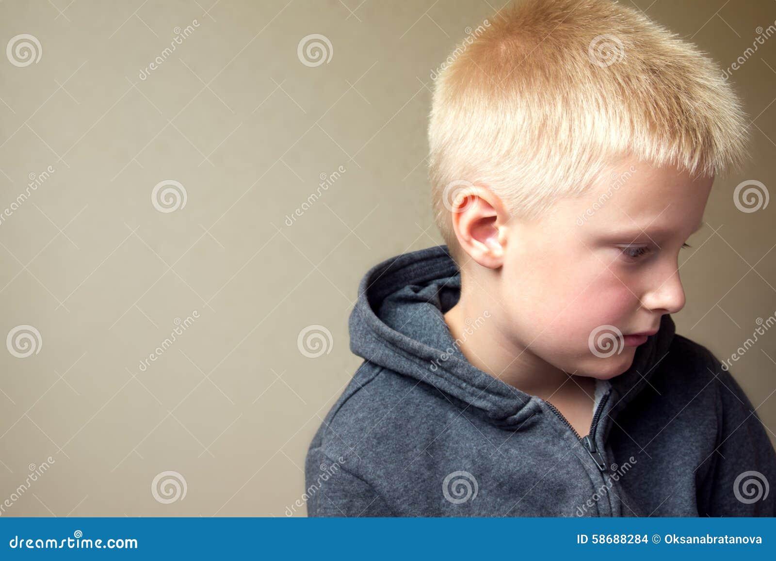 Enfant triste bouleversé
