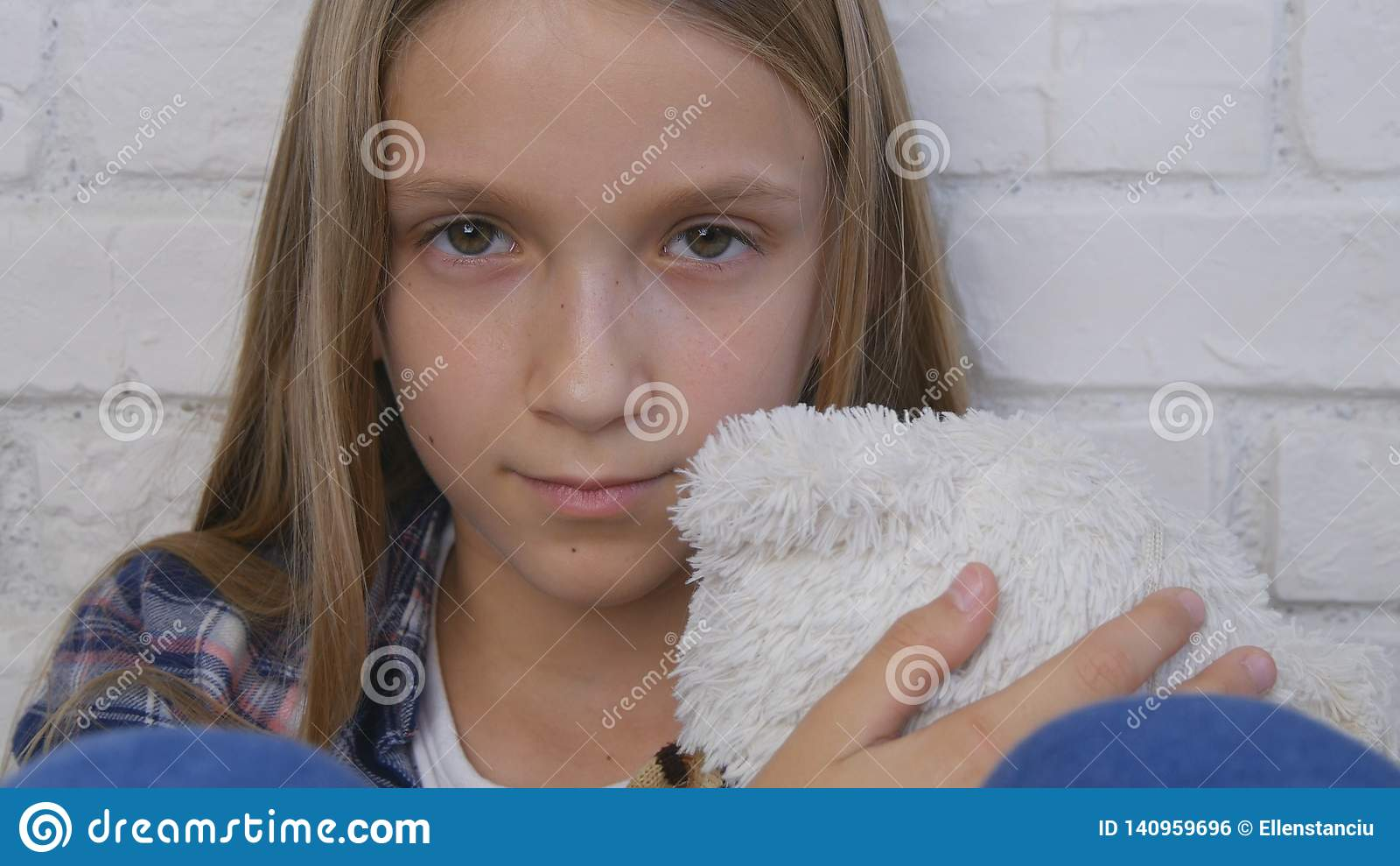 Enfant triste, enfant malheureux, fille malade malade dans la dépression, personne réfléchie soumise à une contrainte