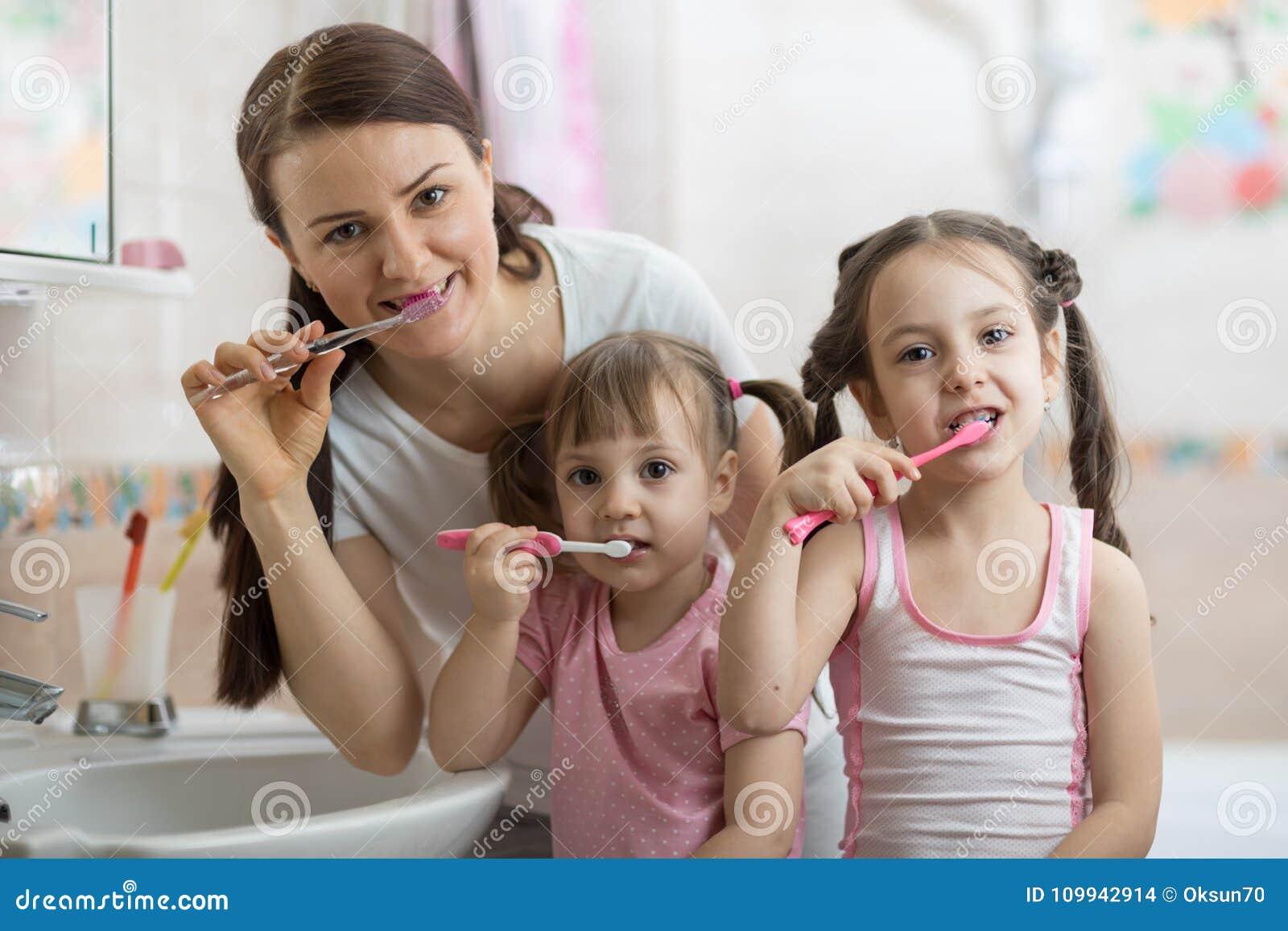 Enfantez avec le brossage de deux dents d enfants dans la salle de bains