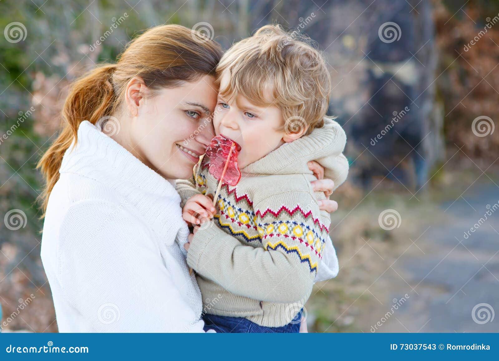 Enfantez et peu de garçon d enfant en parc ou forêt, dehors