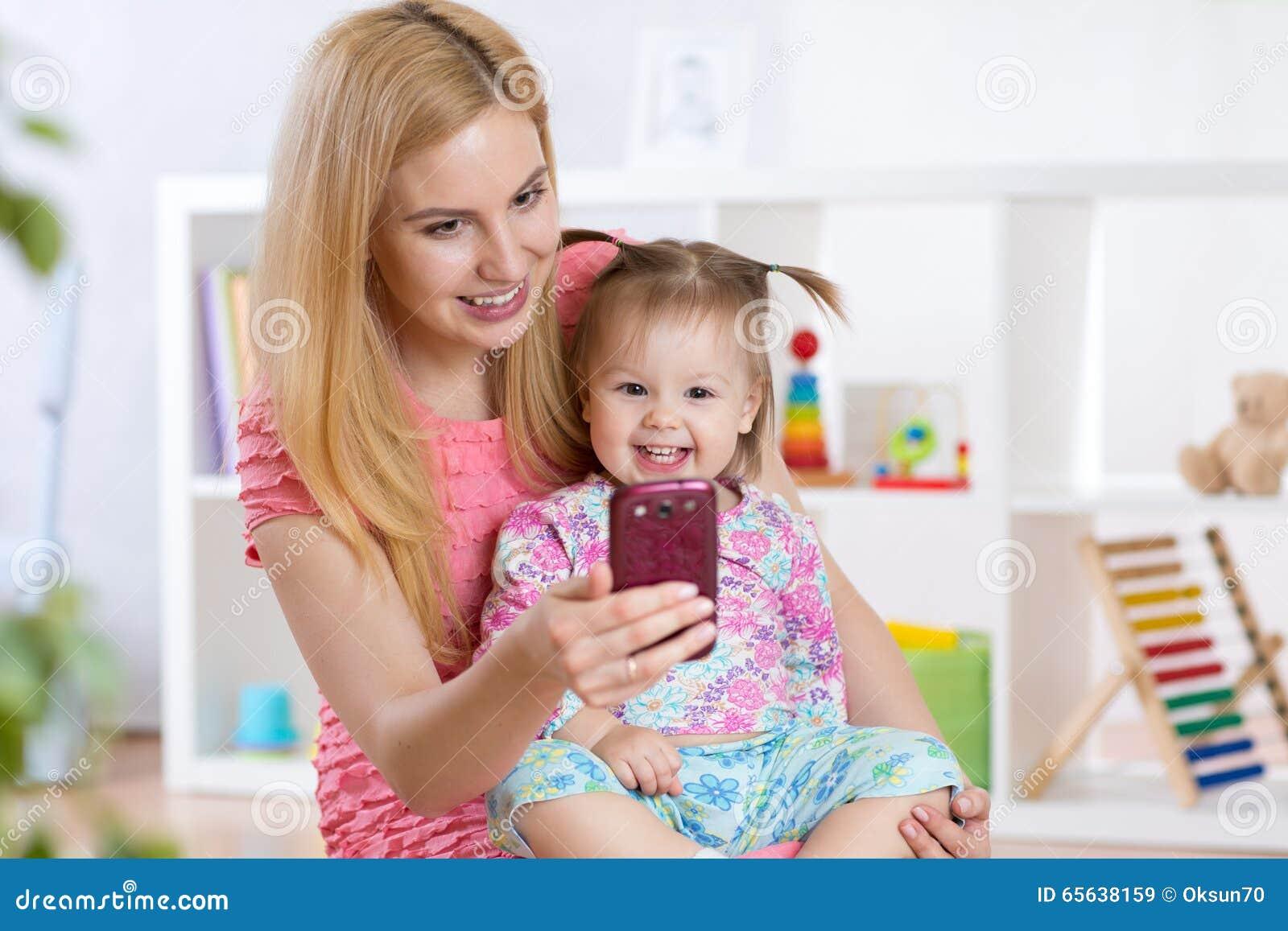Enfantez et sa fille de petit enfant prenant le selfie