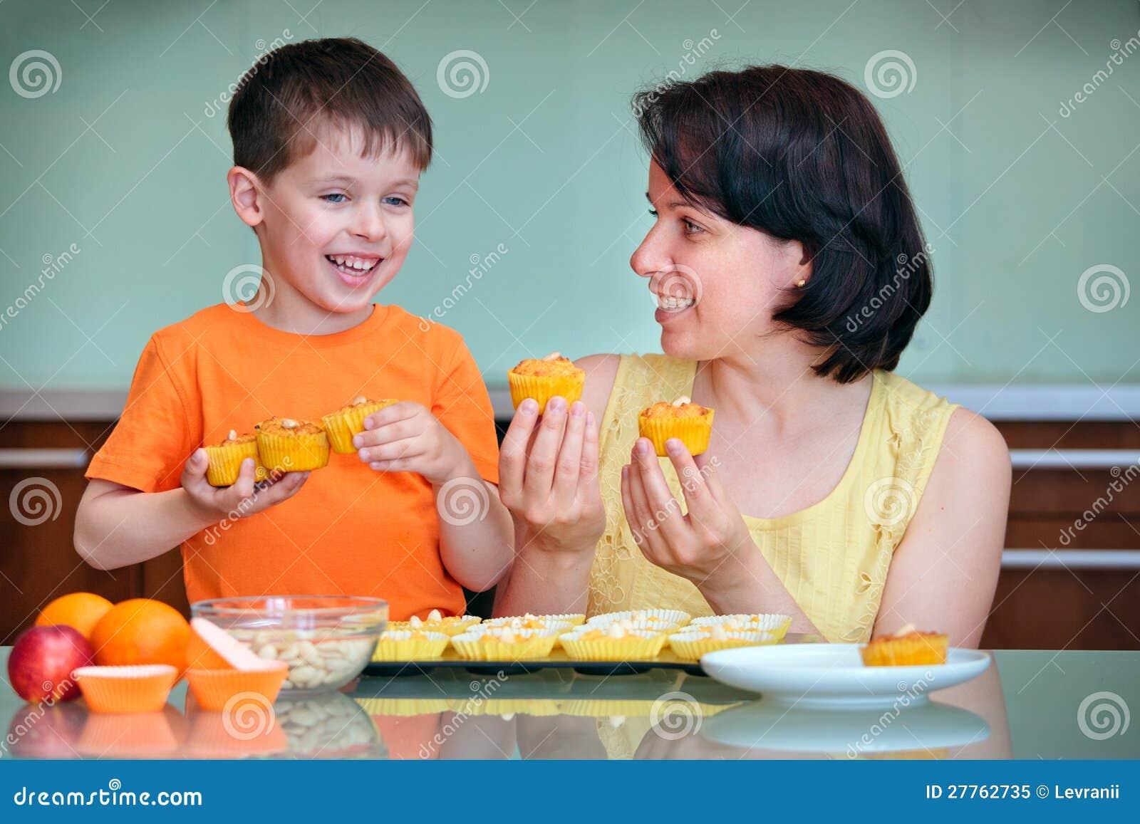 Enfantez et ses petits pains mignons de cuisson de petit garçon