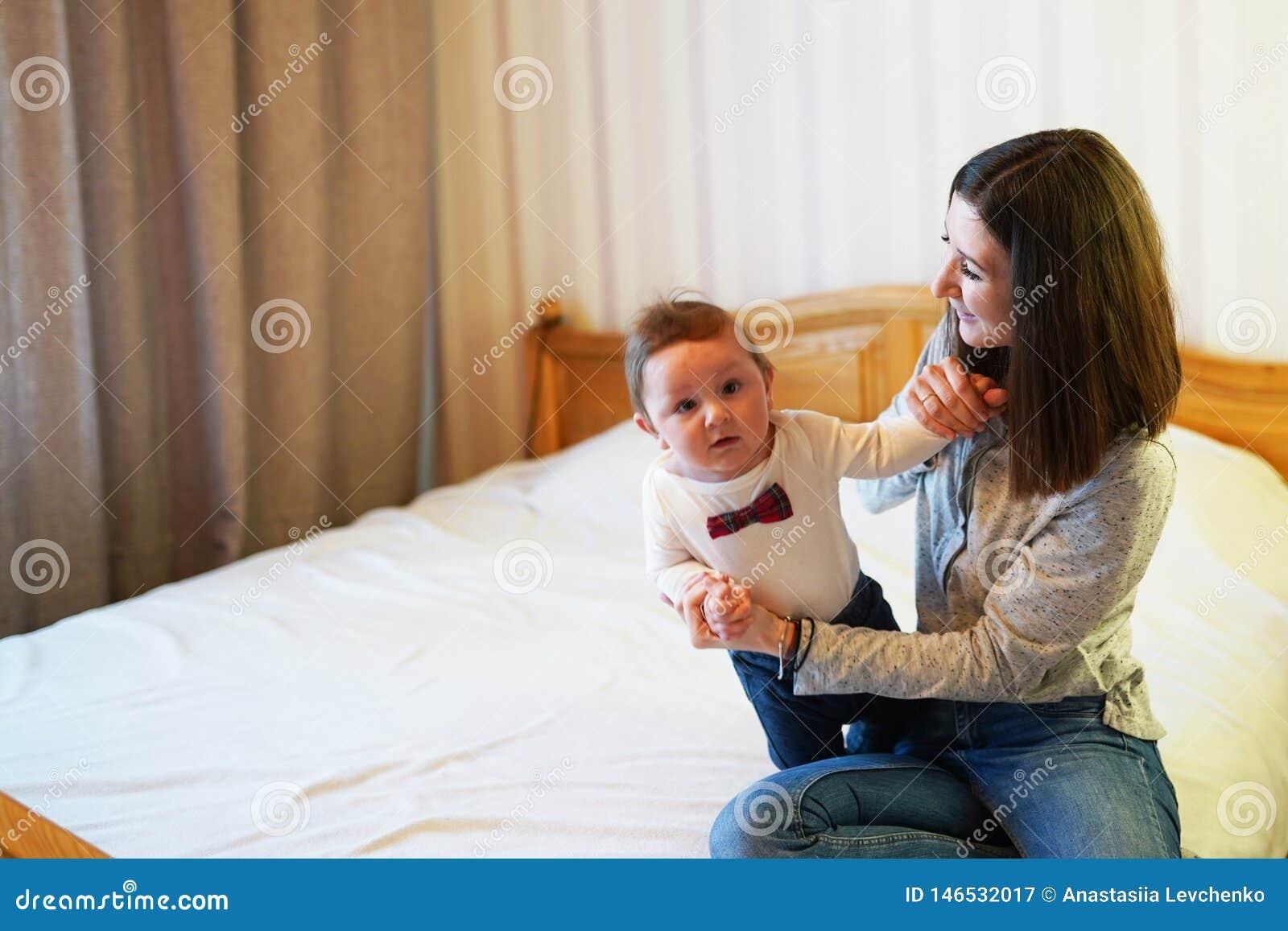 Enfantez jouer avec son b?b? dans la chambre ? coucher Famille heureux