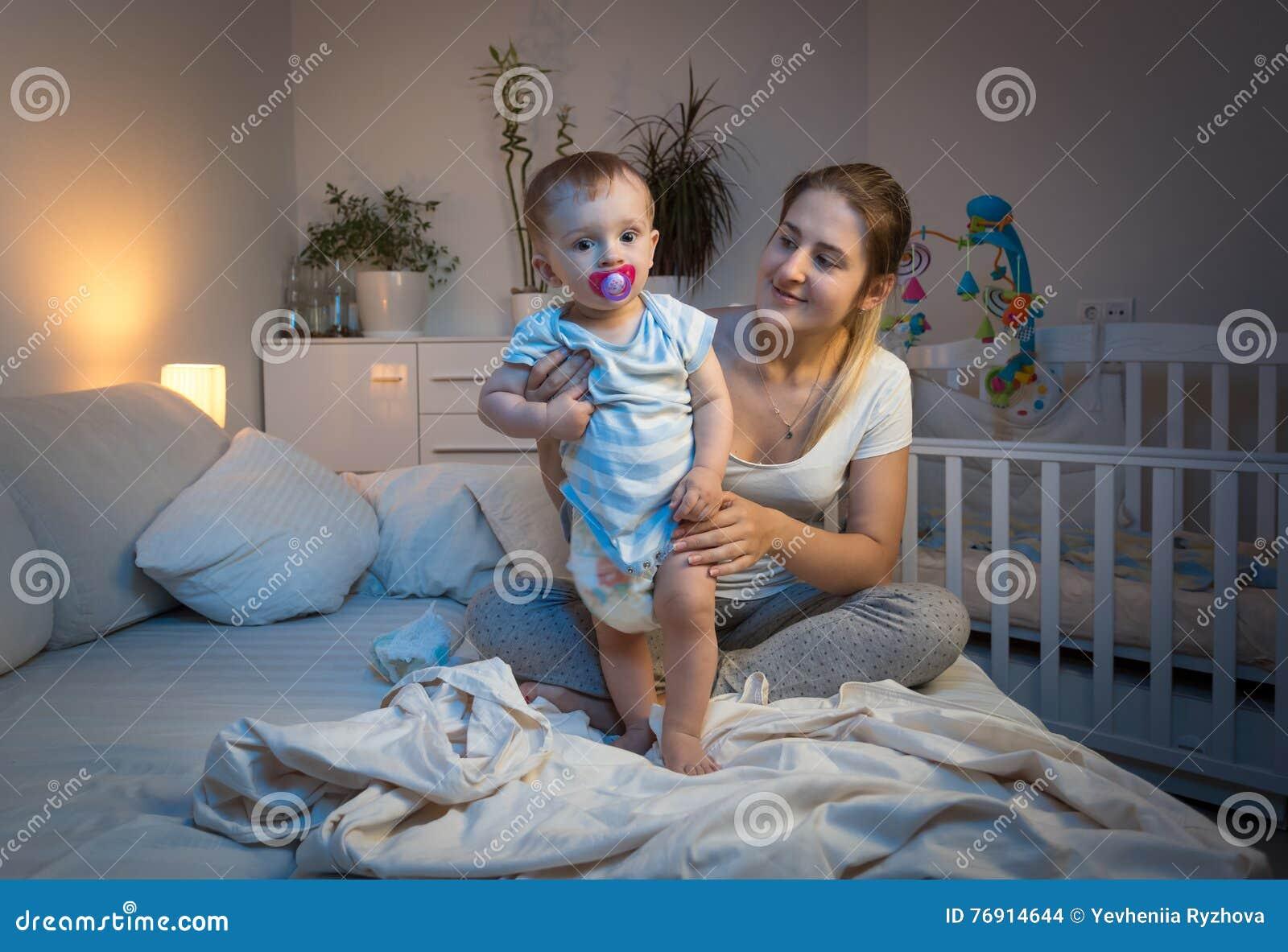 Enfantez Les Couches Culottes Malpropres Changeantes A Son Bebe