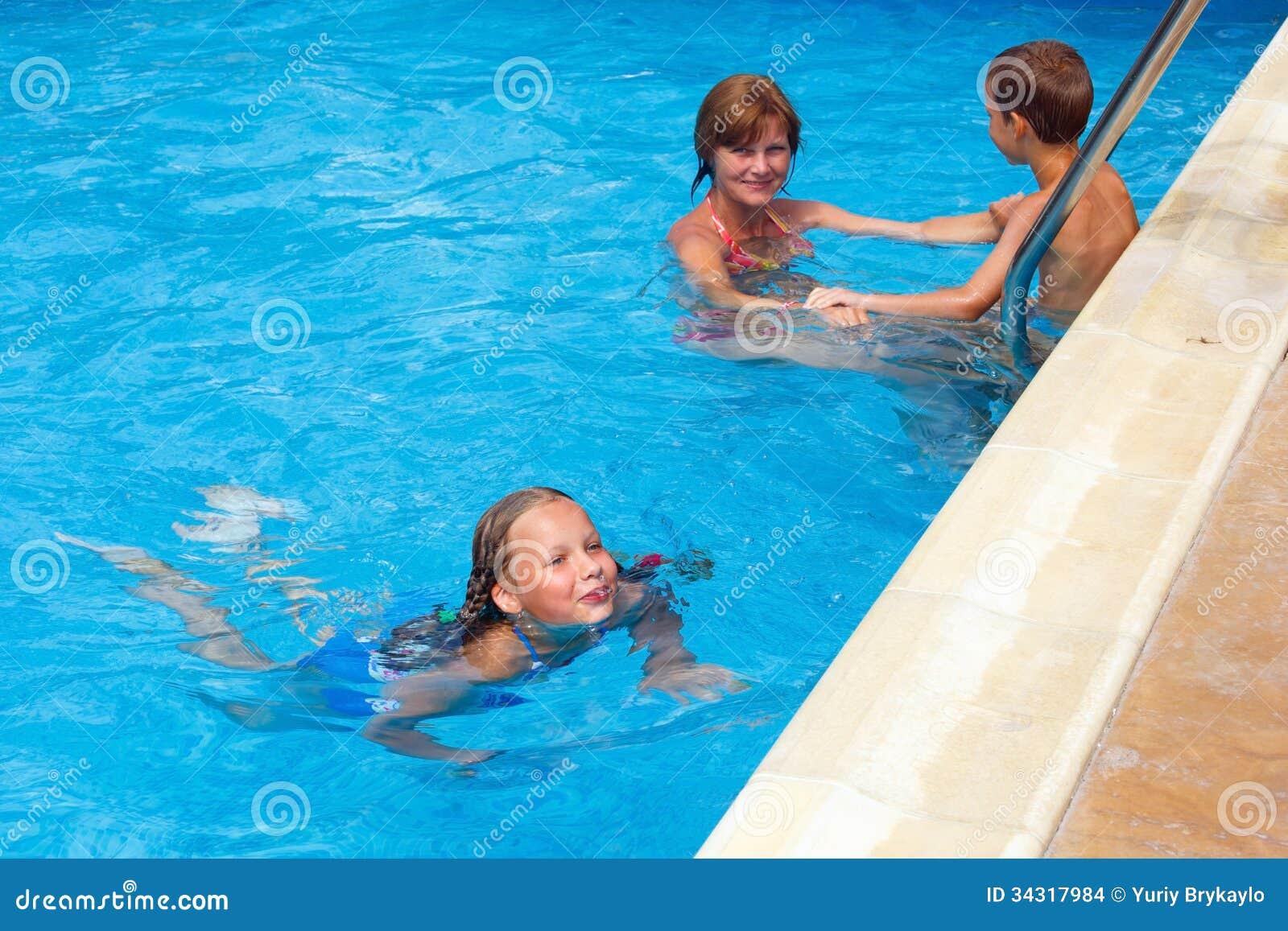 Enfantez les enfants de train pour nager dans la piscine images stock image 34317984 for Piscine pour nager