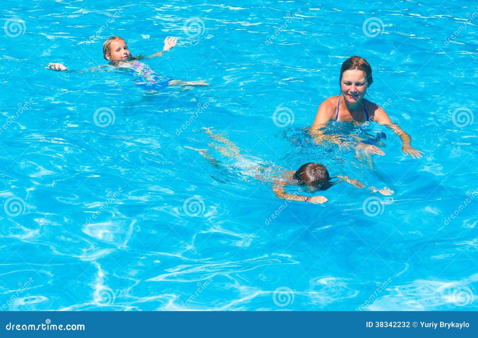 Enfantez les enfants de train pour nager dans la piscine for Piscine pour nager