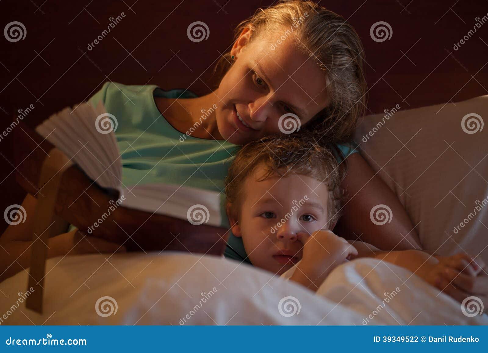Enfantez lire une histoire pour endormir à son petit fils