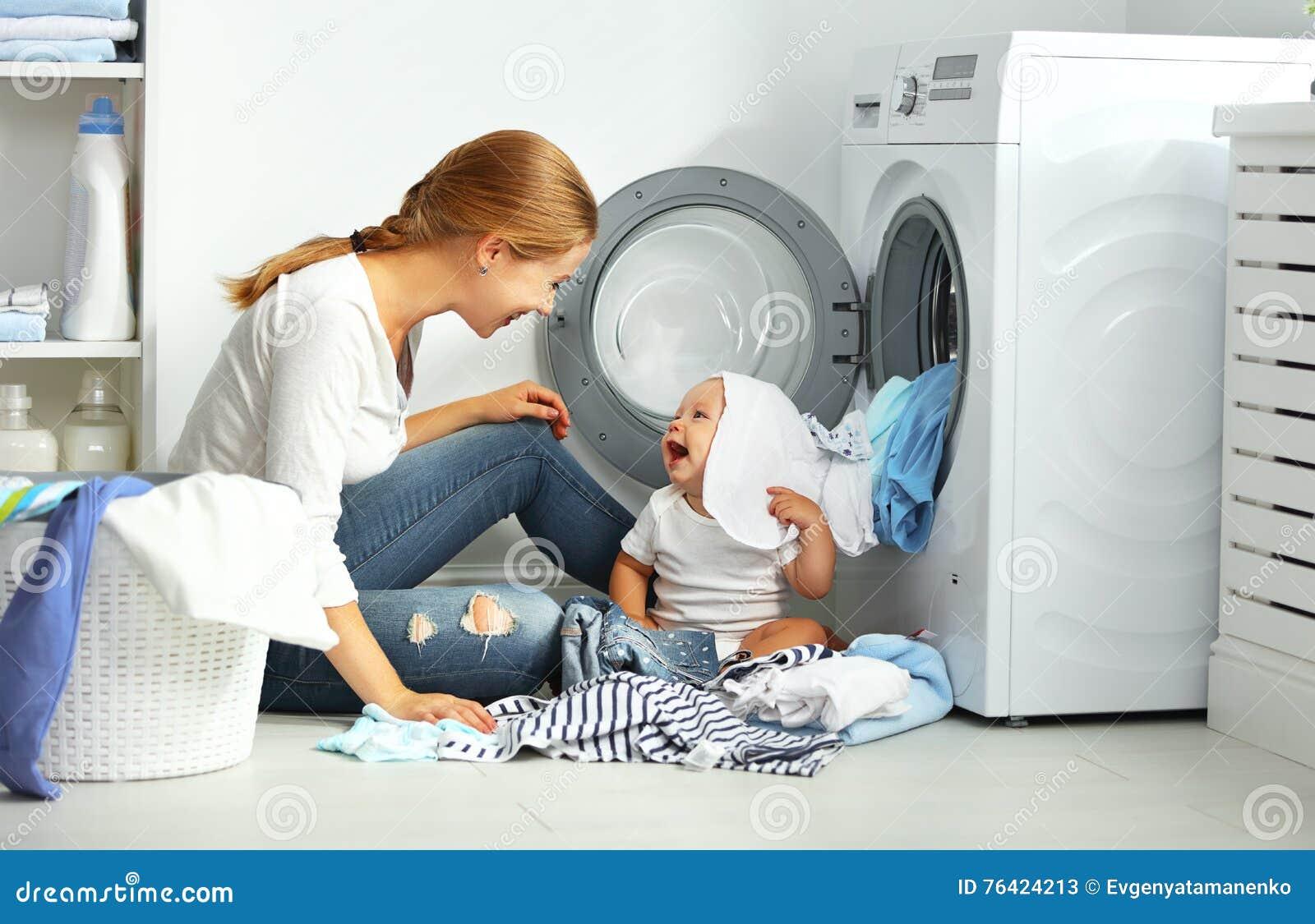 Enfantez une femme au foyer avec des vêtements d un pli de bébé dans le mA de lavage