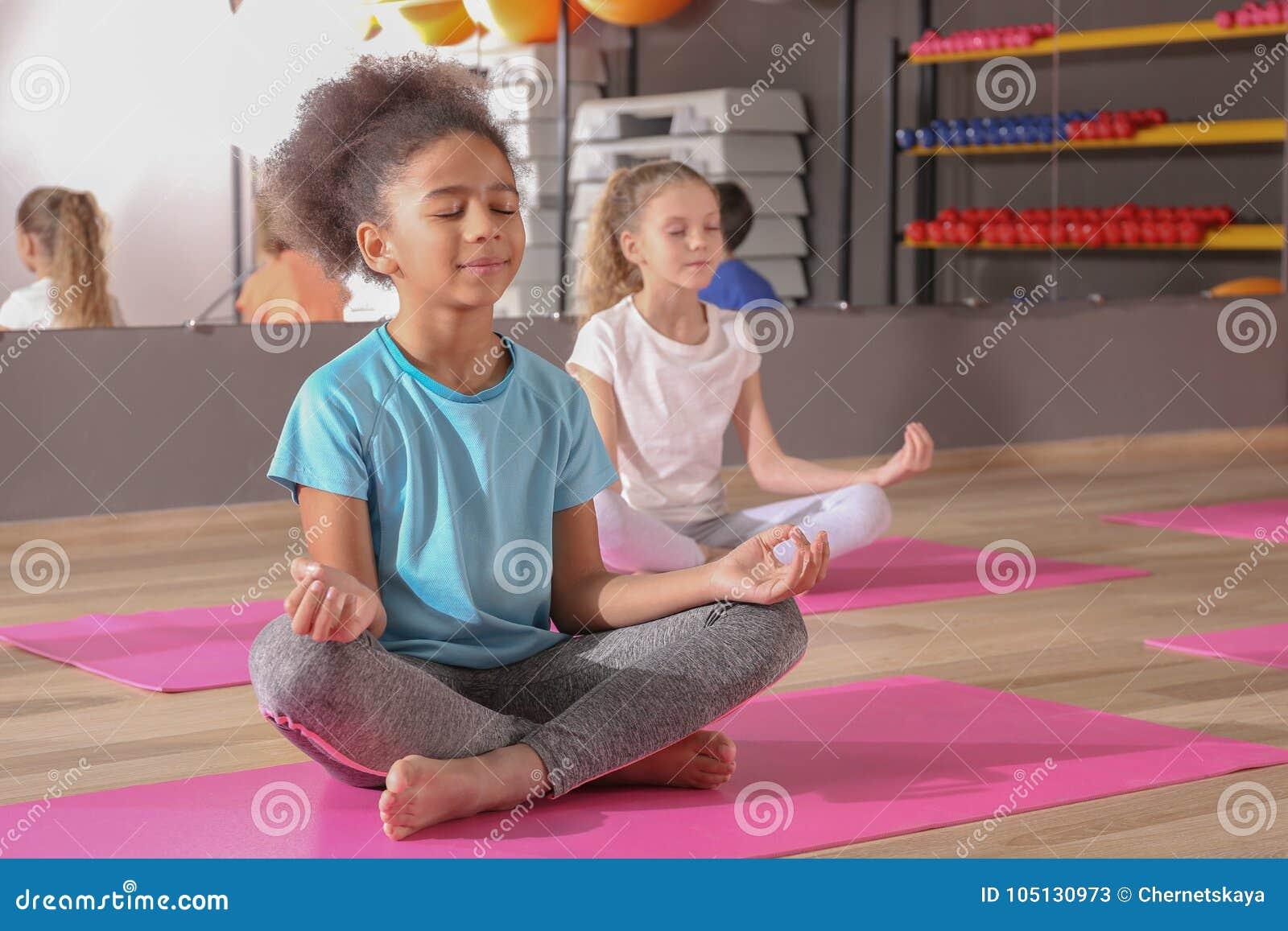 Enfants à la leçon d éducation physique