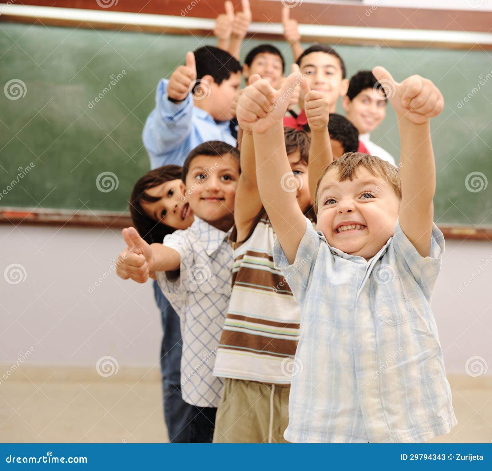Enfants à la salle de classe d école