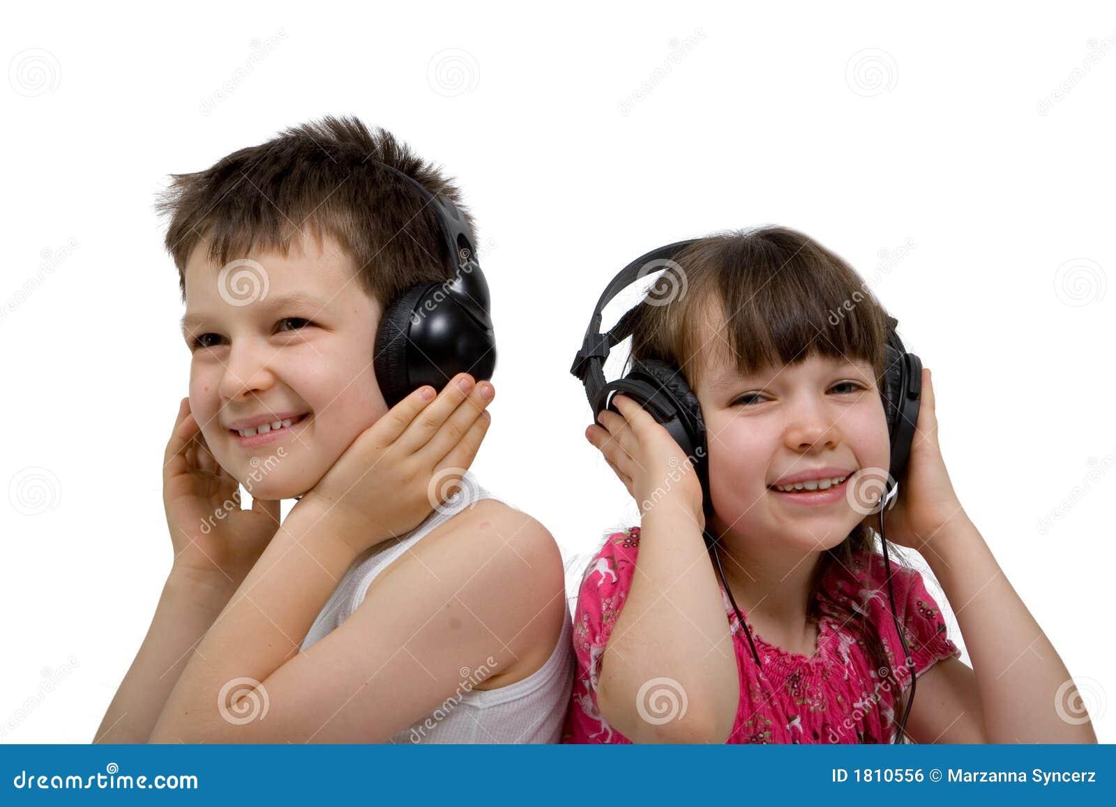 Enfants écoutant la musique sur des écouteurs