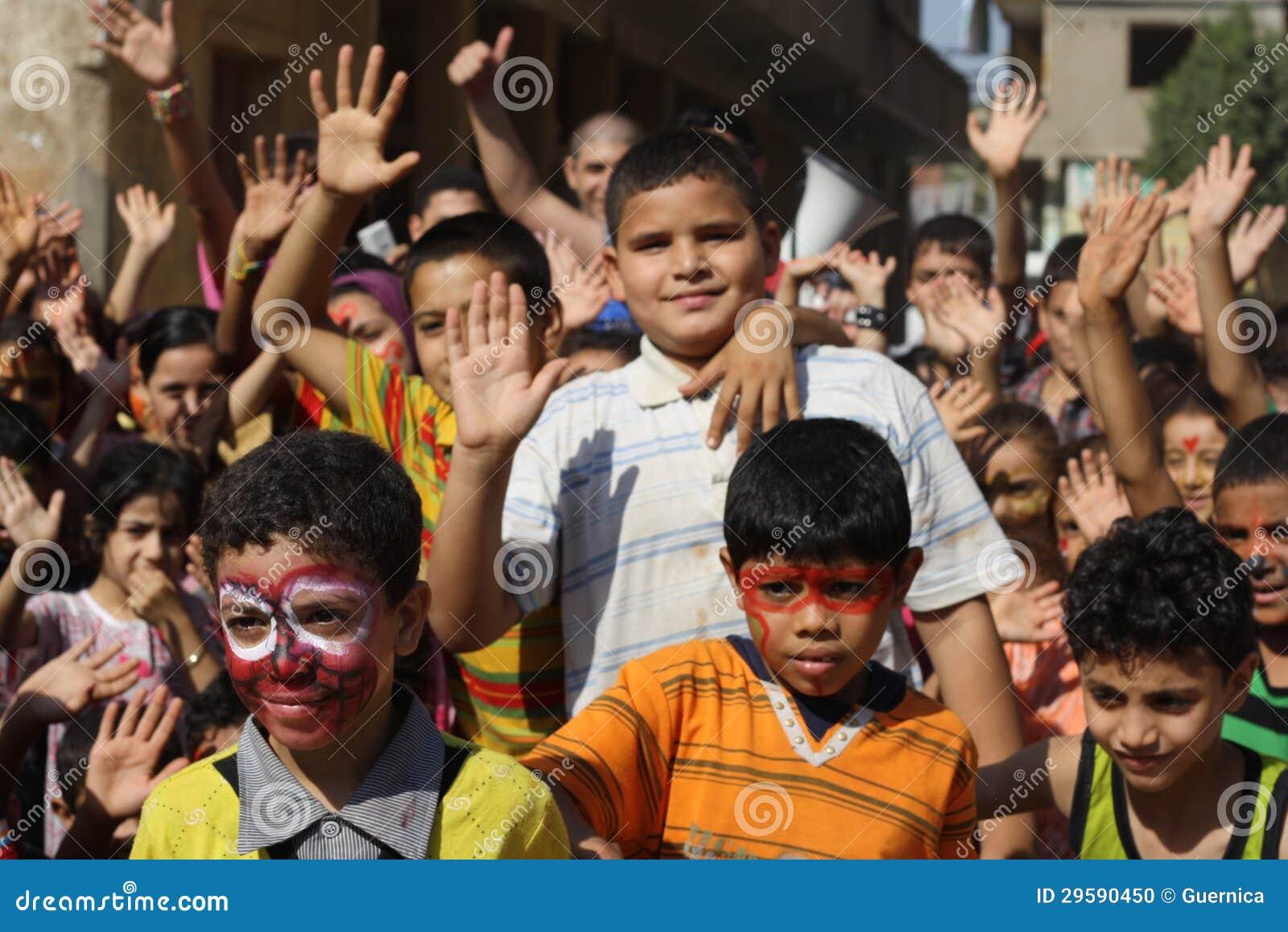 Enfants égyptiens heureux jouant à l événement de charité à Gizeh, Egypte