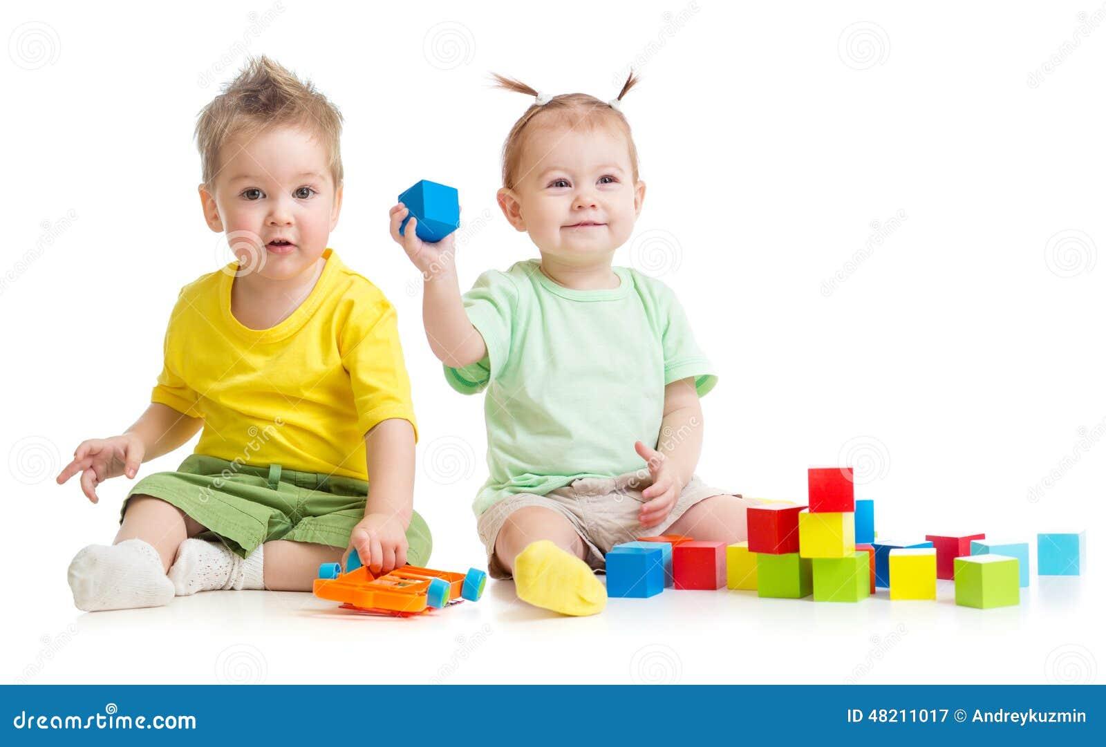 Enfants adorables jouant les jouets colorés d isolement