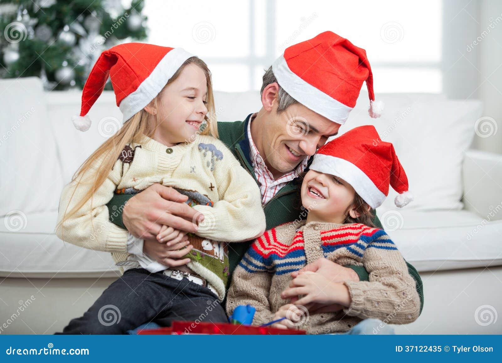Enfants affectueux de With Arms Around de père