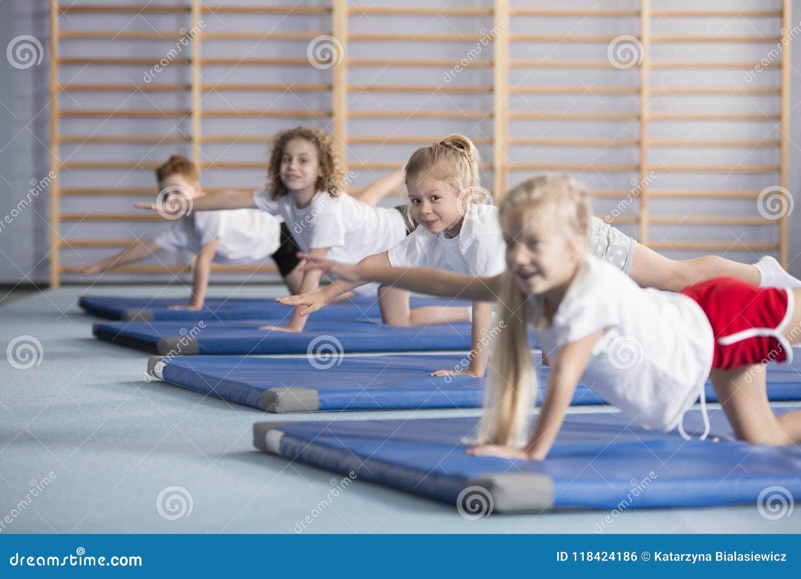 Enfants améliorant la coordination et l équilibre à l école
