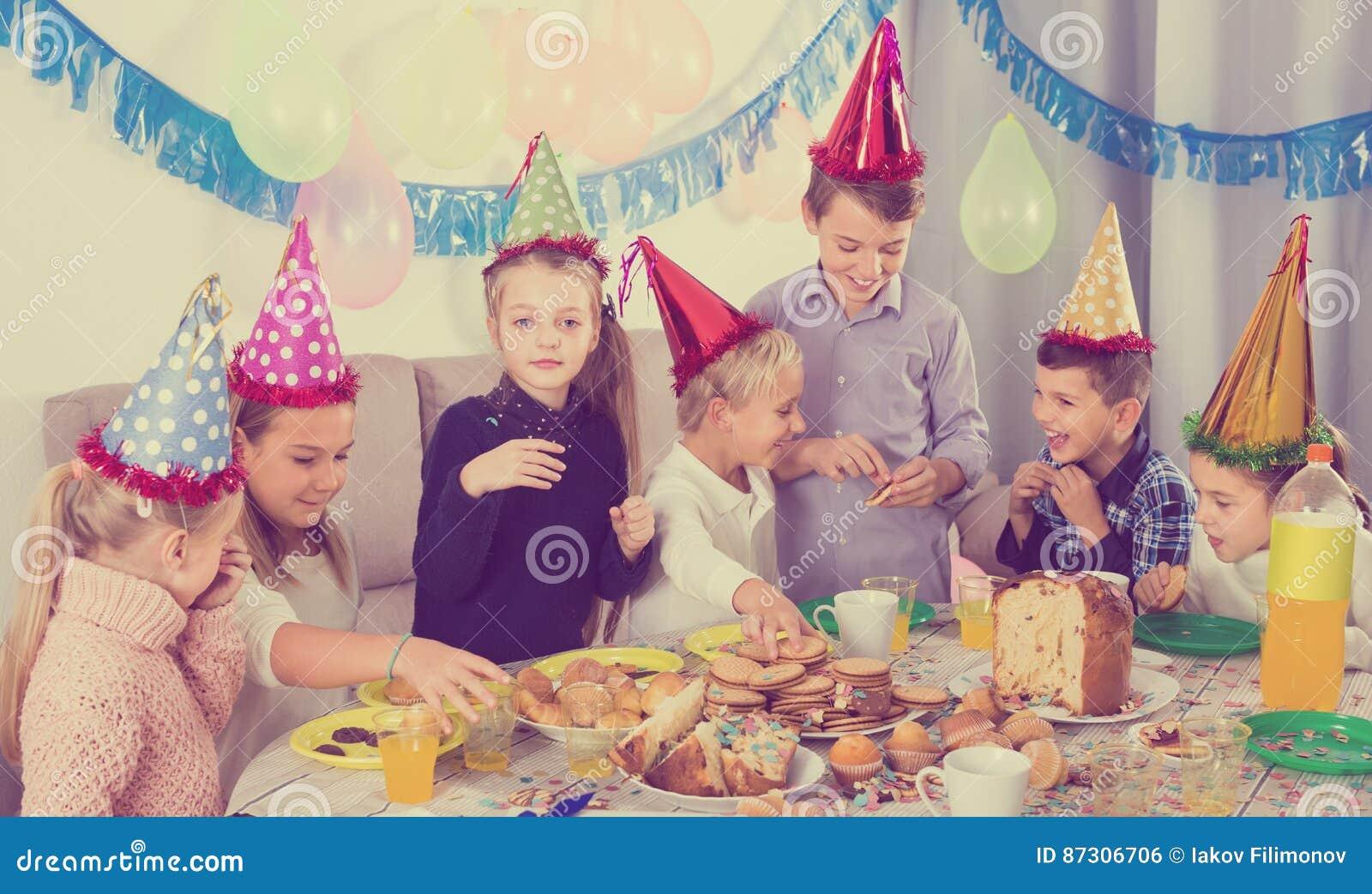 Enfants amicaux profitant d un agréable moment à une fête d anniversaire