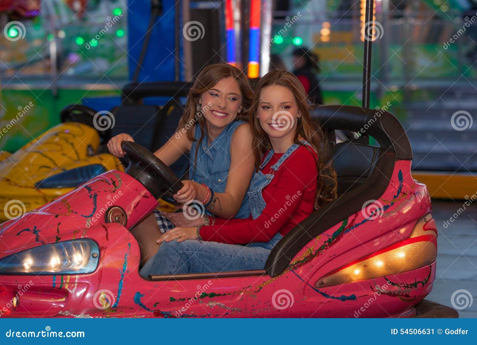 Enfants aux voitures de butoir d équitation au sol juste