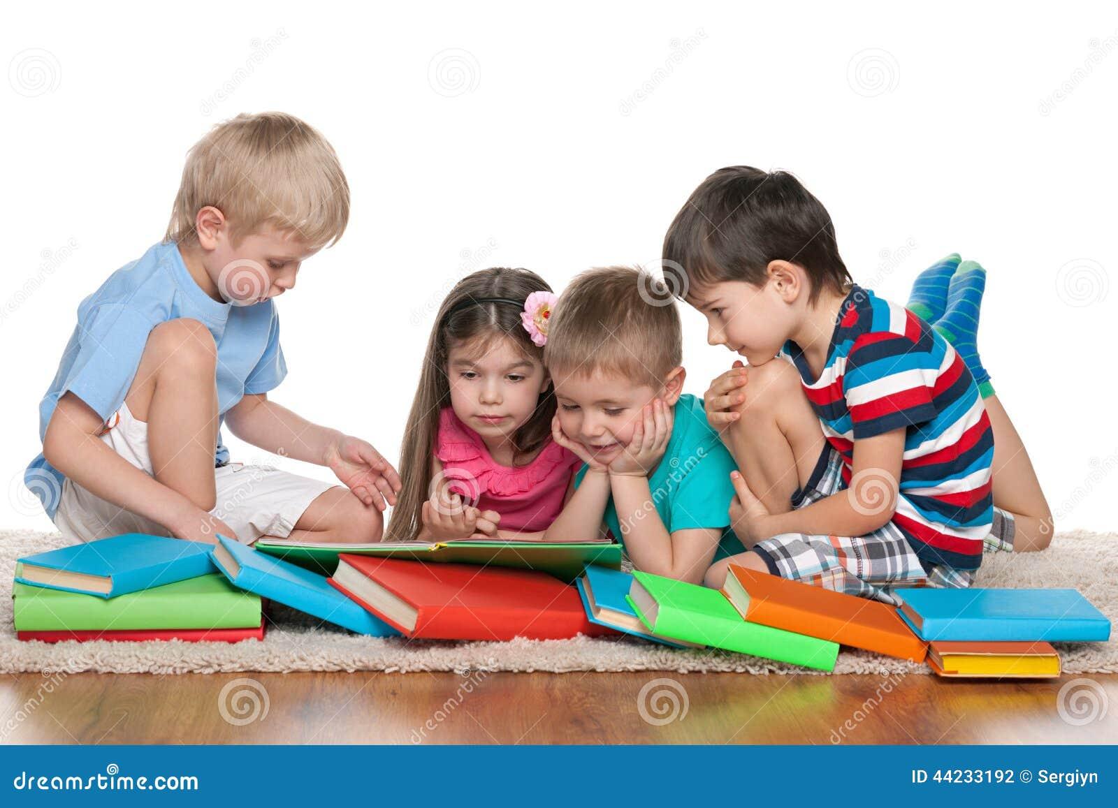 enfants avec des livres photo stock image 44233192. Black Bedroom Furniture Sets. Home Design Ideas