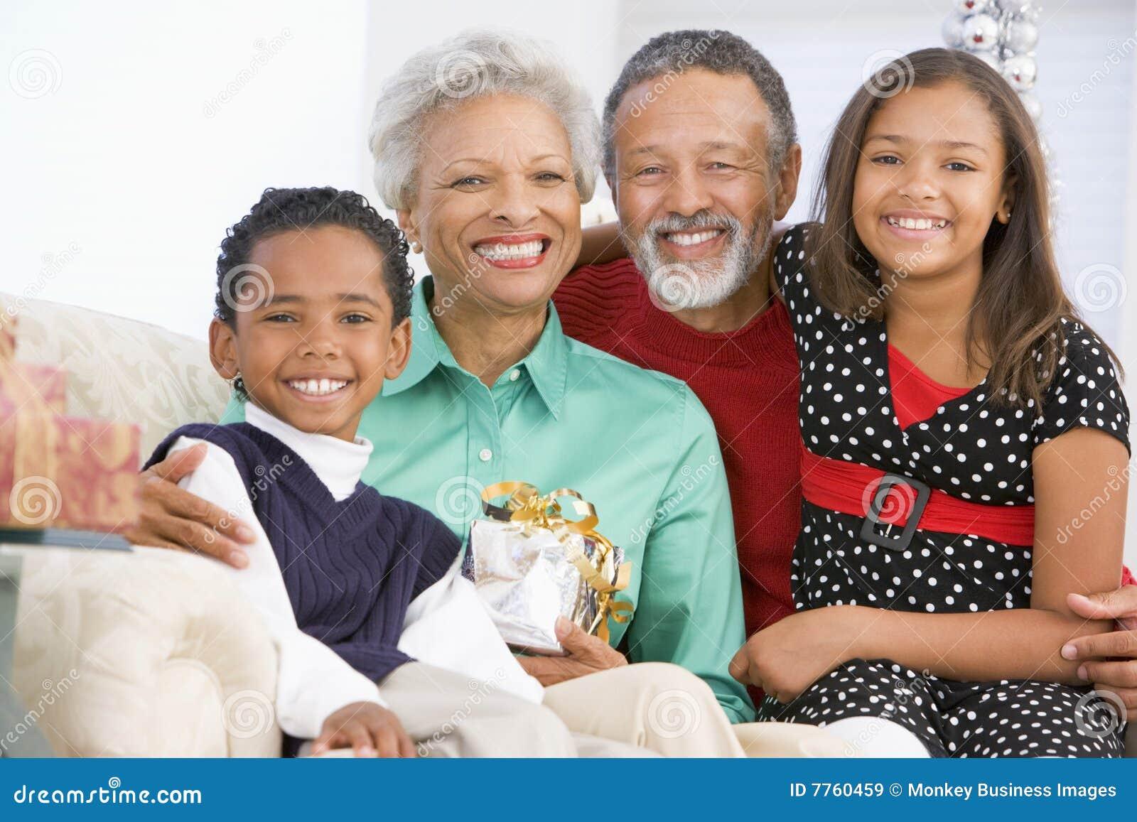 Enfants avec des parents à Noël