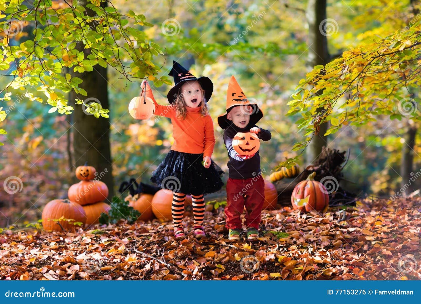 Enfants avec des potirons Halloween