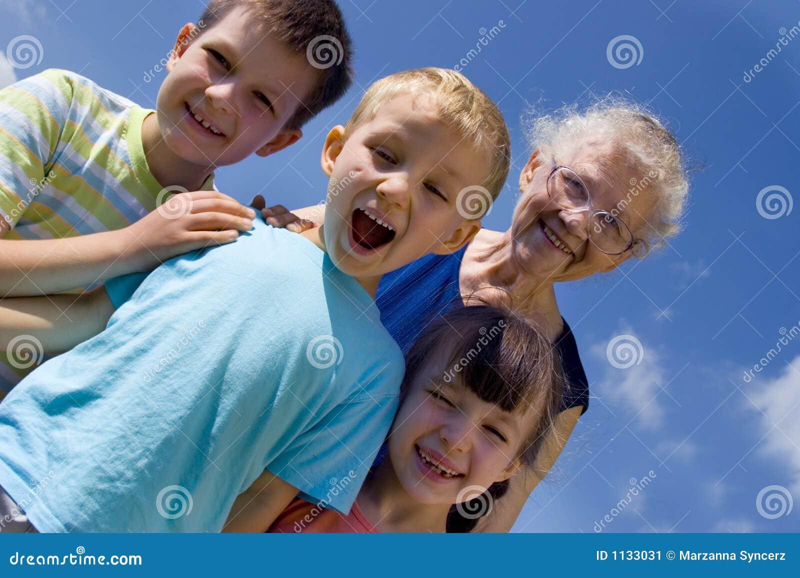 Enfants avec la grand-maman