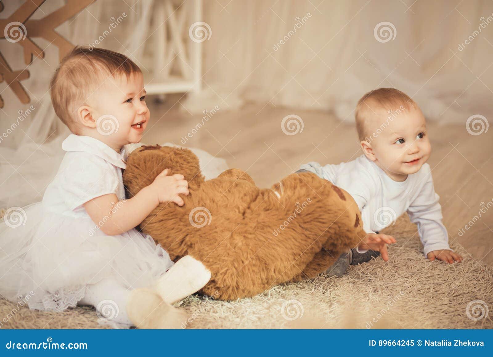 Enfants Avec Un Ours De Nounours Brun Mol Dans L\'intérieur Avec Noël ...