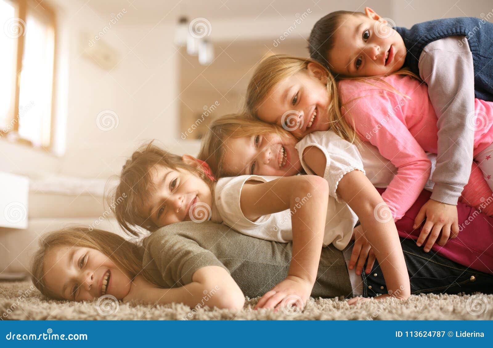 Enfants ayant l amusement à la maison