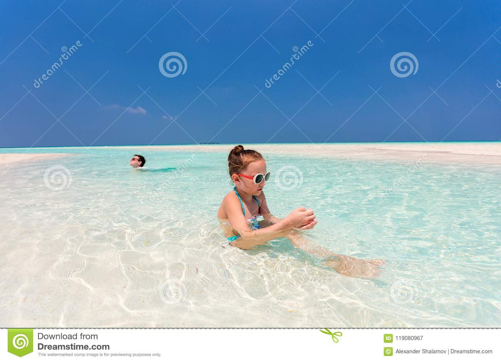 Enfants ayant l amusement à la plage