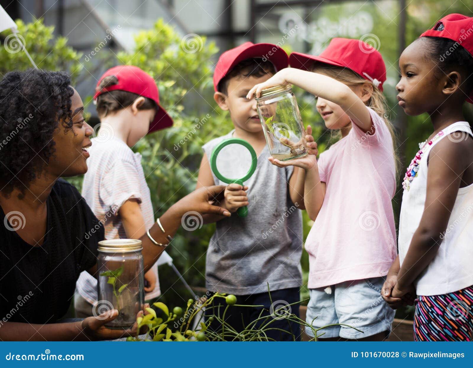 Enfants ayant un temps d amusement ensemble