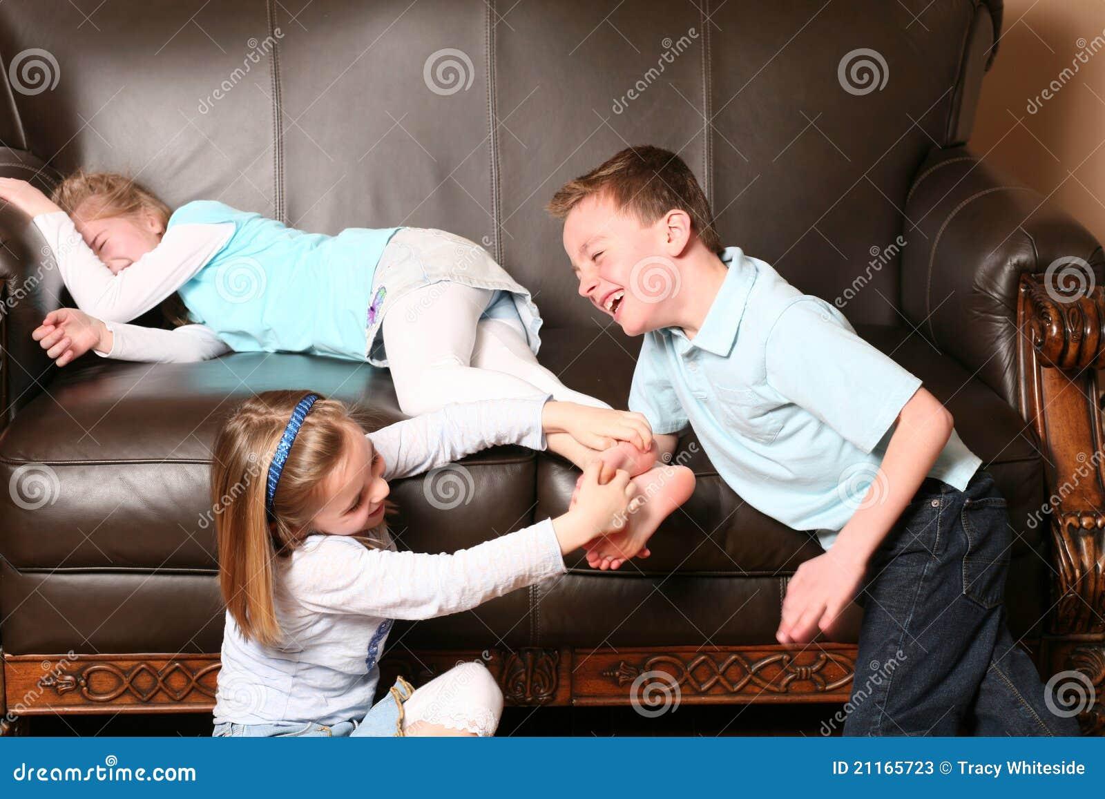 Enfants Chatouillant Des Pieds Photos stock - Image: 21165723