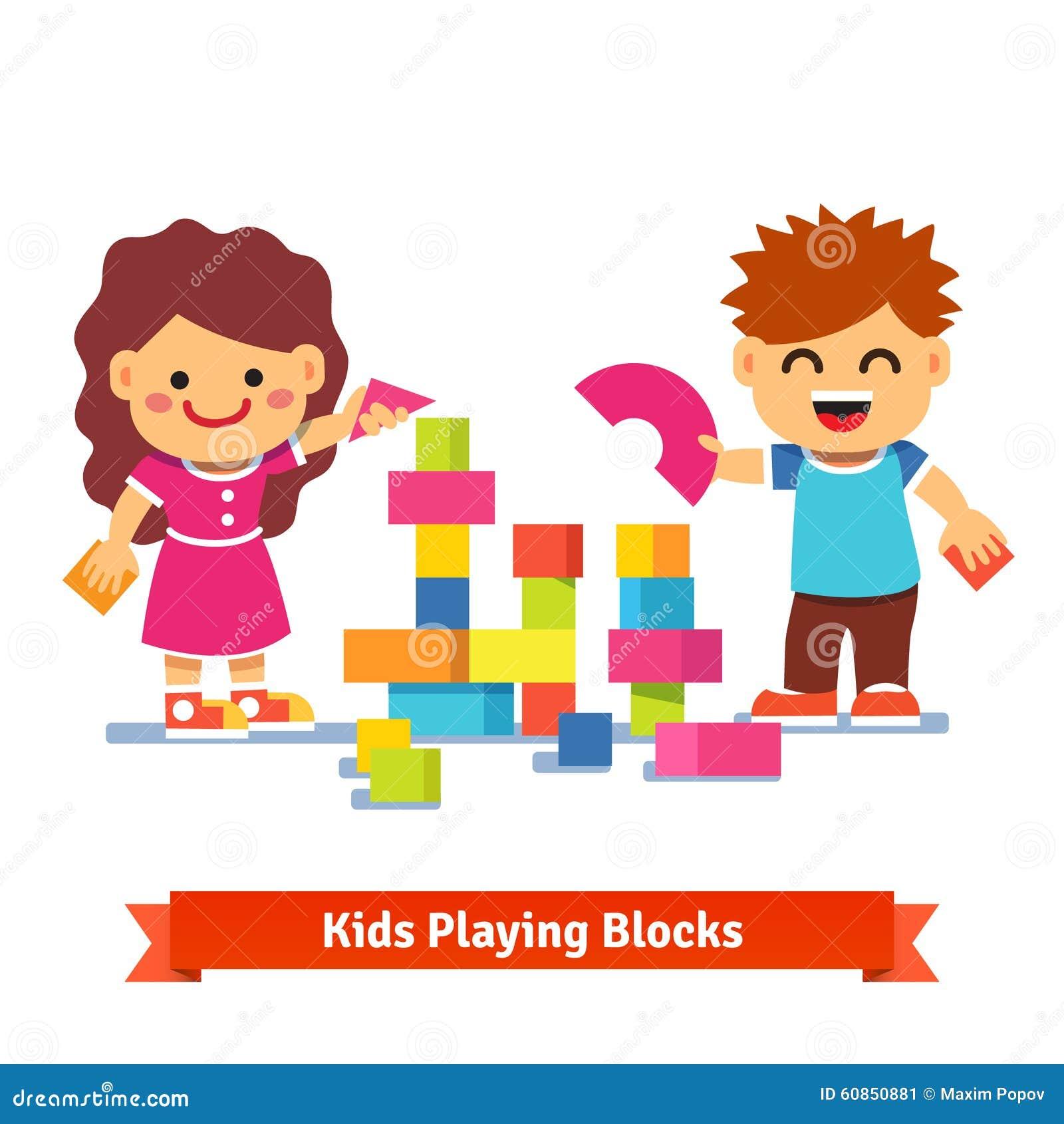 Enfants construisant la tour avec les blocs en bois colorés