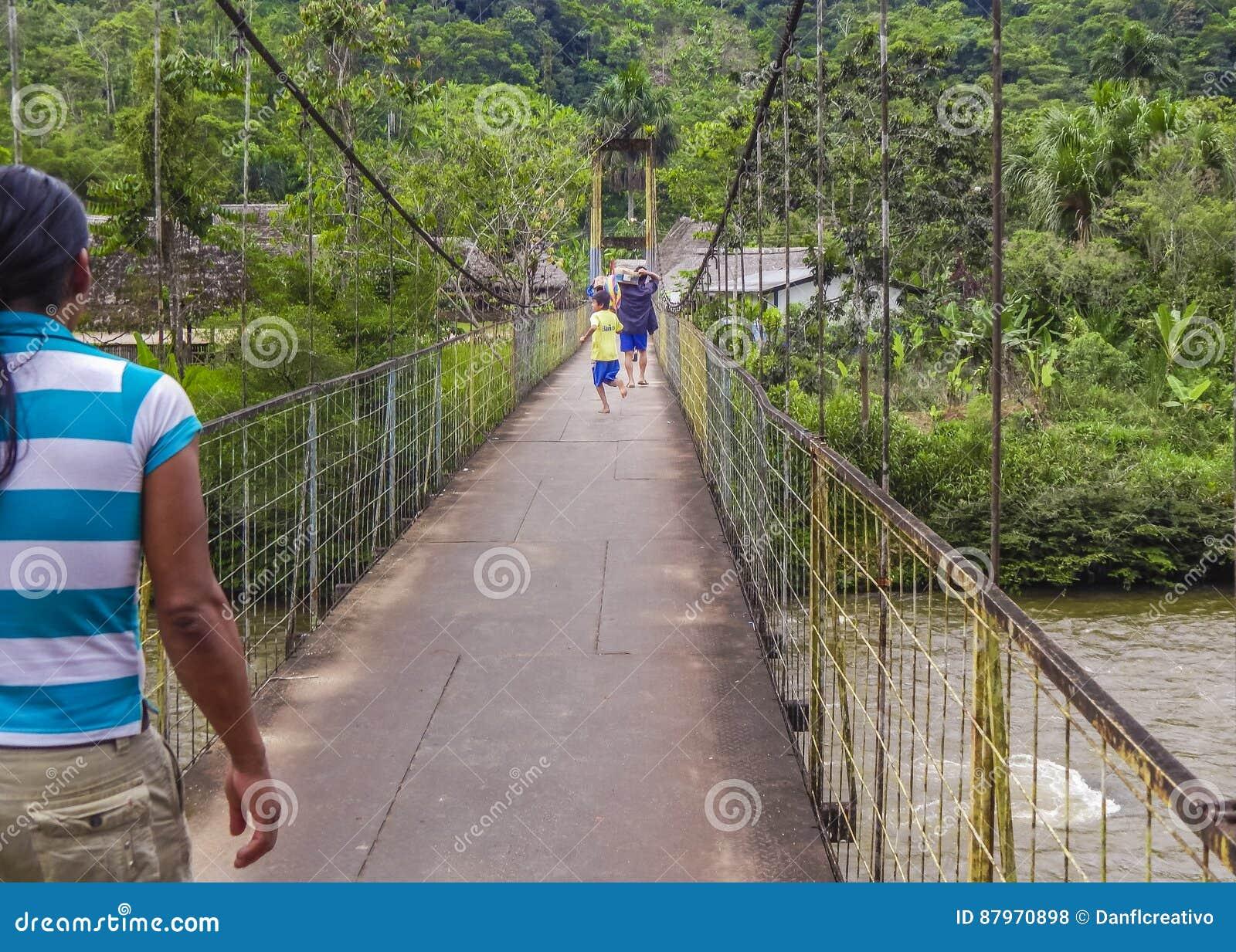 Enfants courant au pont Amazonie Equateur
