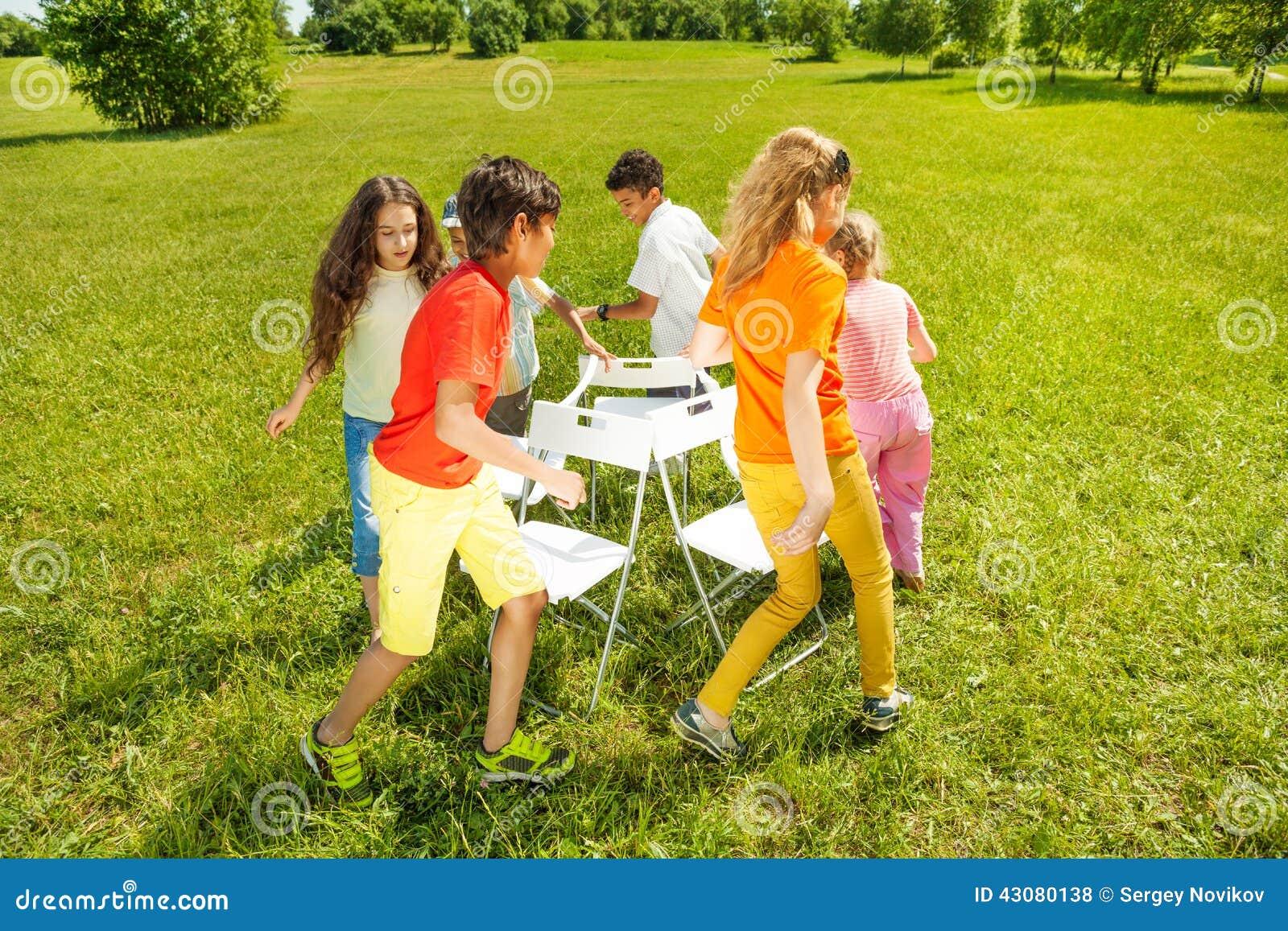 enfants courus autour de jouer le jeu de chaises musicales photo stock image 43080138