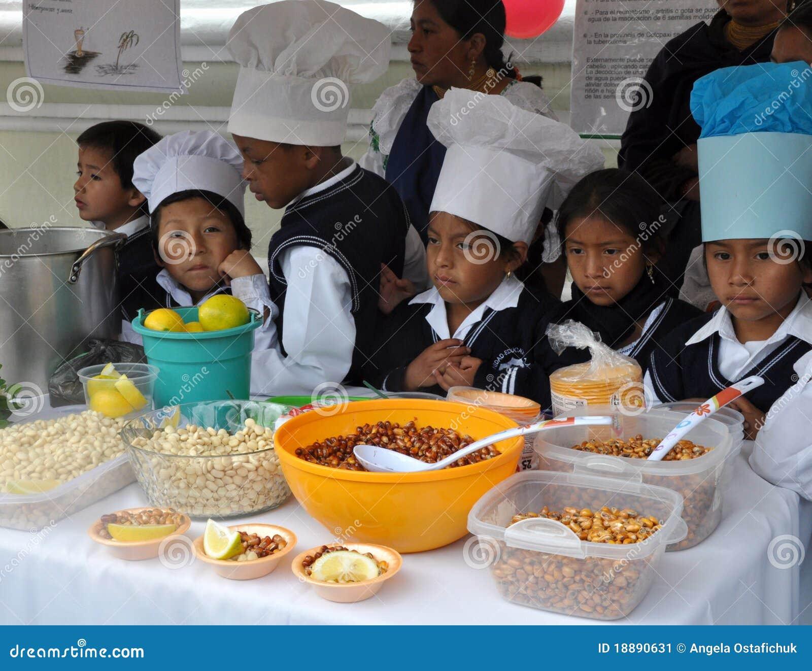 Enfants d Ecuadorian faisant cuire la nourriture traditionnelle