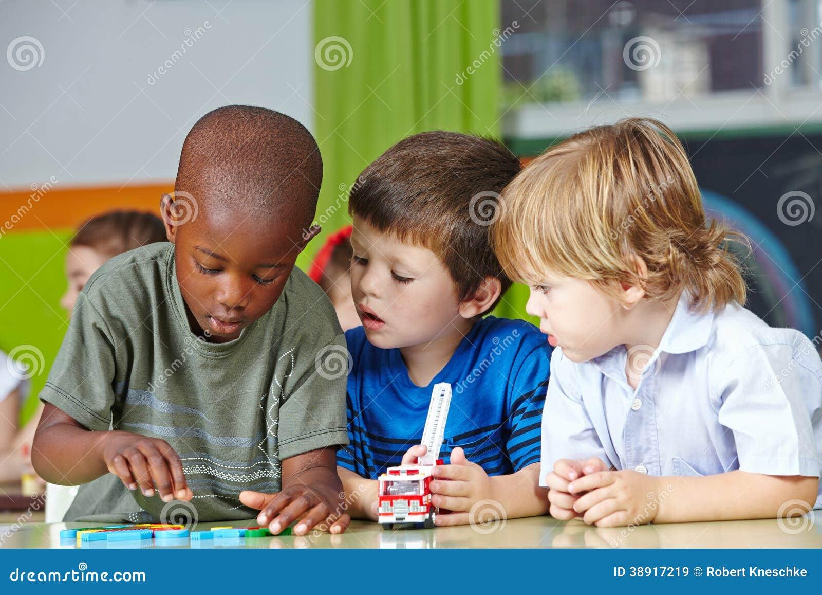 Enfants dans jouer de jardin d enfants