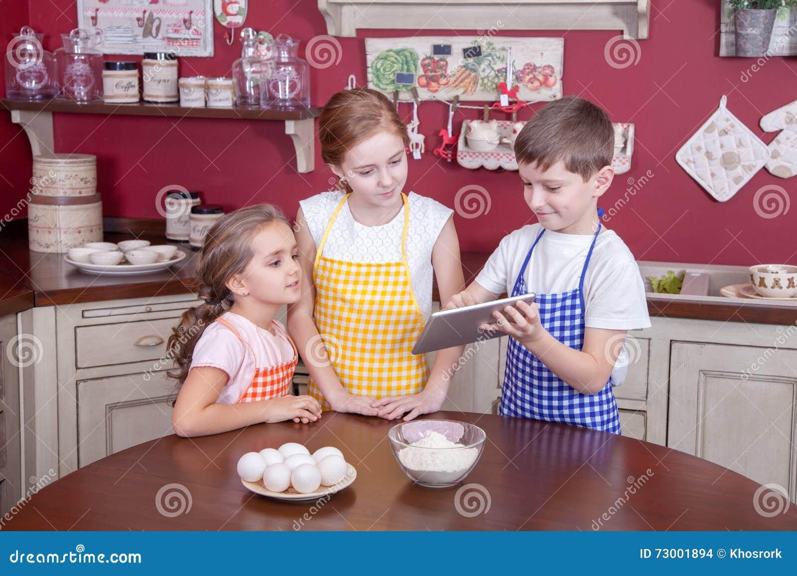 Enfants Dans La Cuisine Essayant D Apprendre La Cuisson Photo
