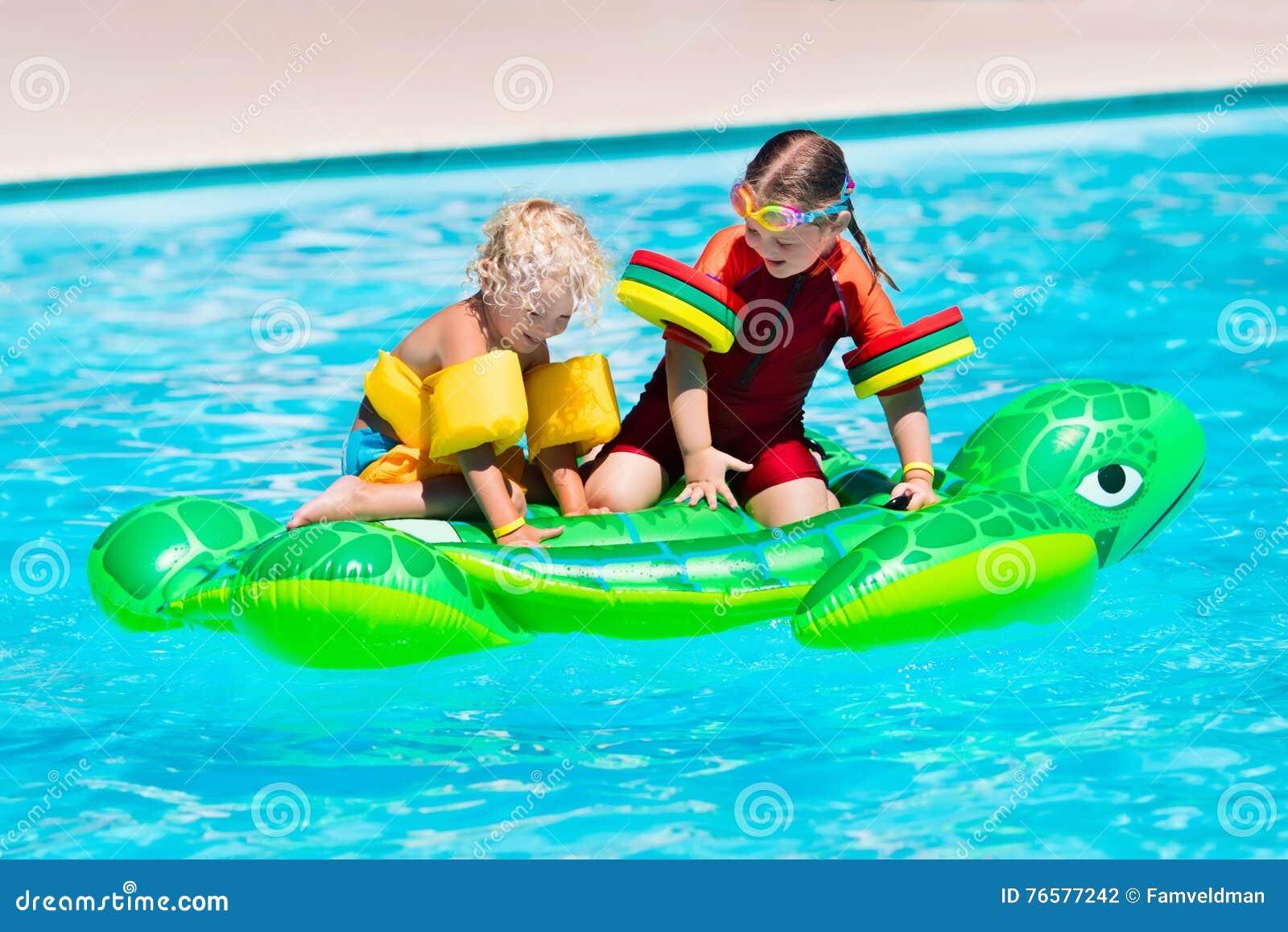 Enfants Dans La Piscine Avec Le Jouet Gonflable Photo Stock Image