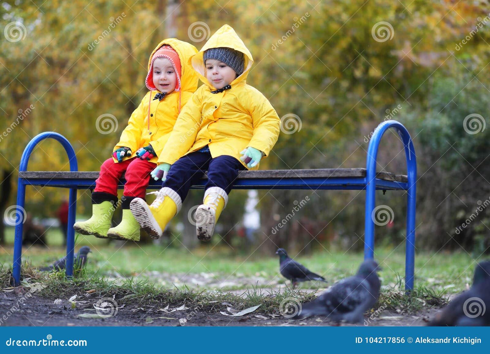Enfants dans la promenade de parc d automne