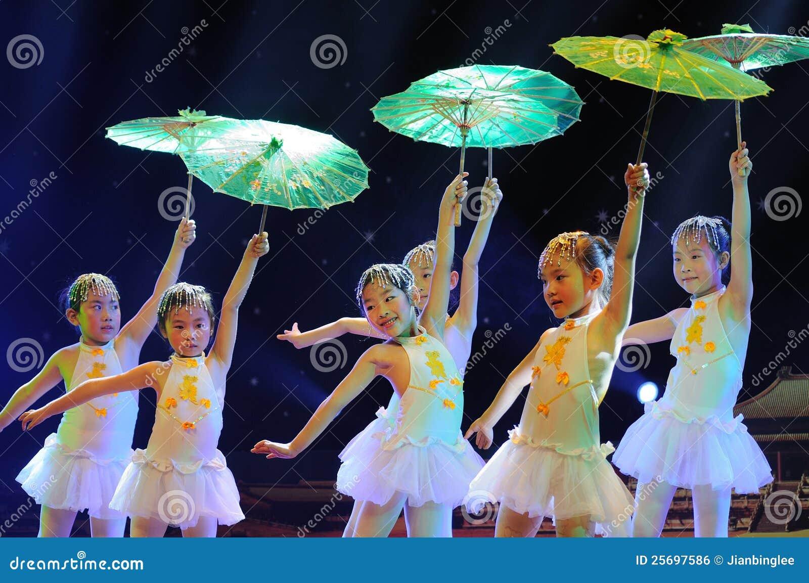 Enfants dans le drame de exécution de danse