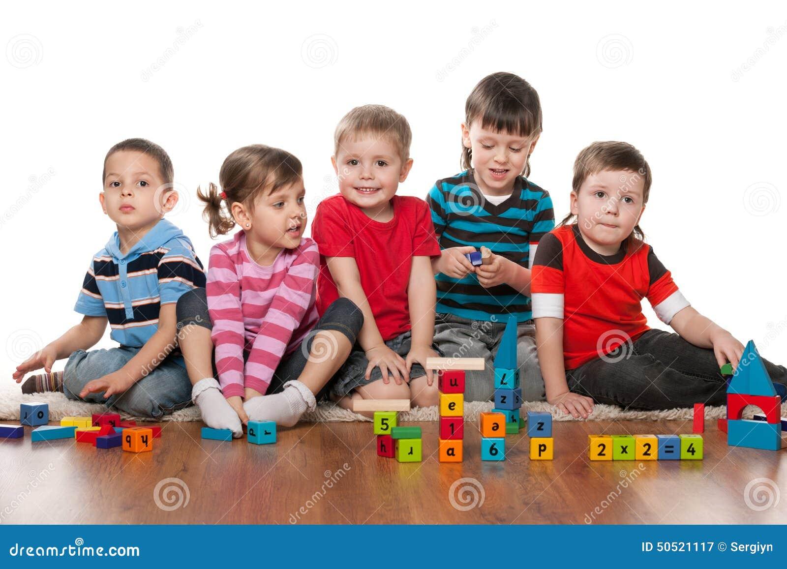 Enfants dans le jardin d enfants