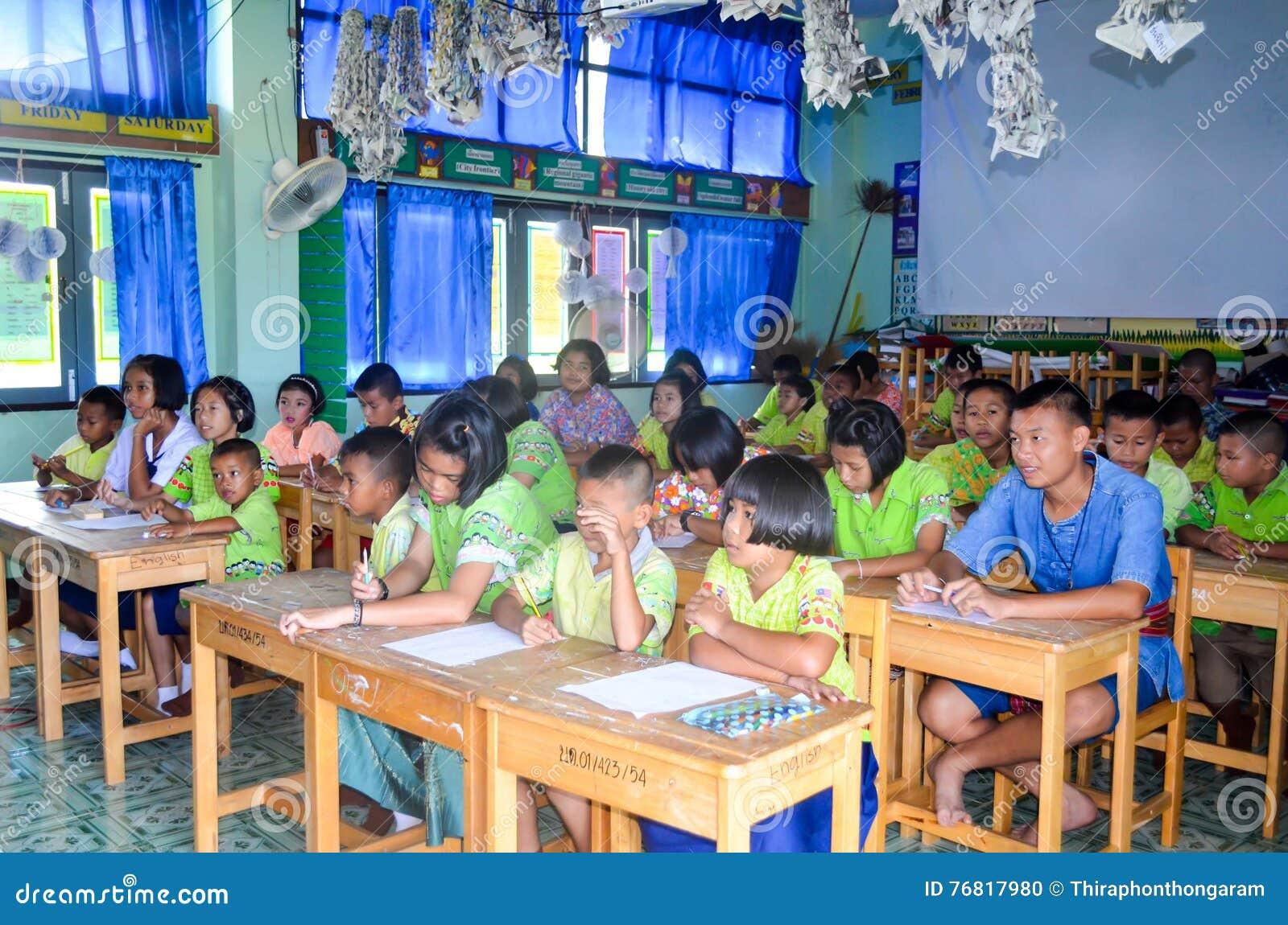 Enfants dans le jour scolaire d activités à l école primaire