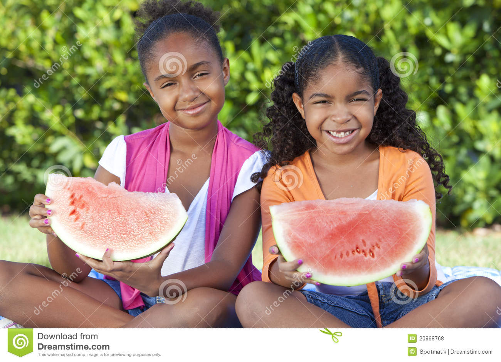 Enfants de filles d Afro-américain mangeant le melon d eau