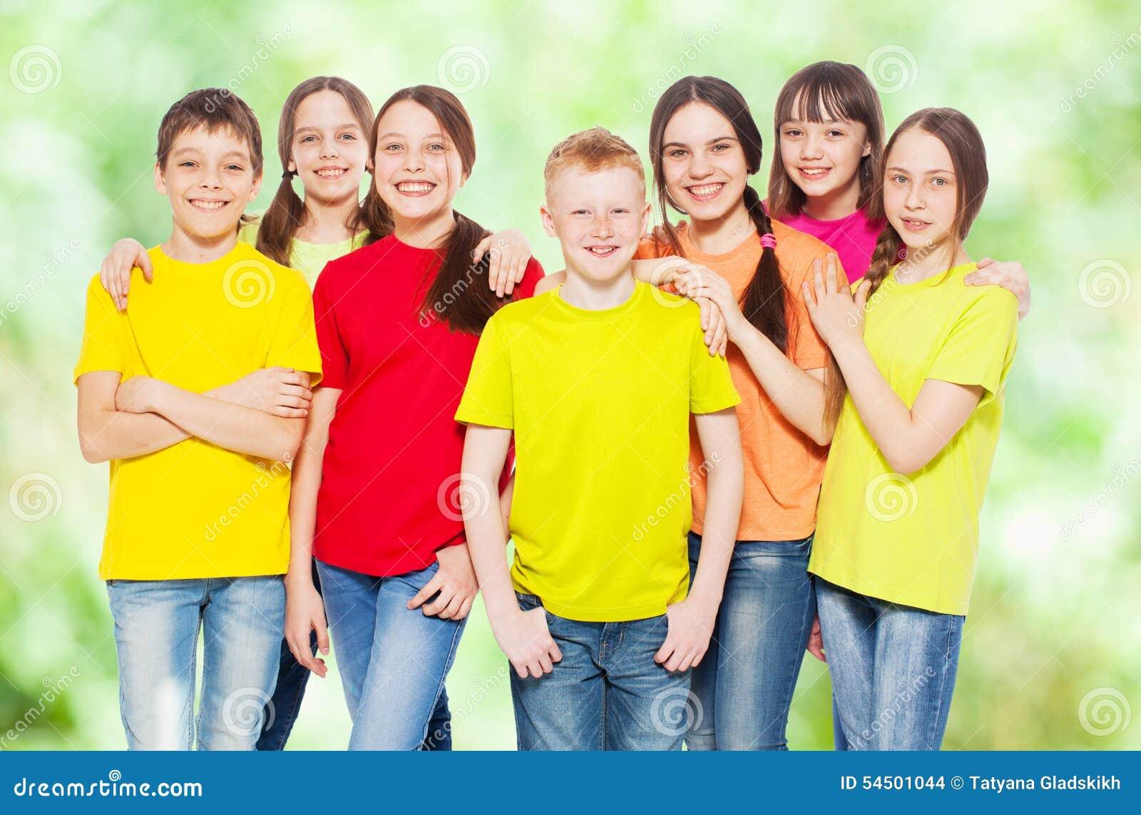 Enfants de groupe à l été