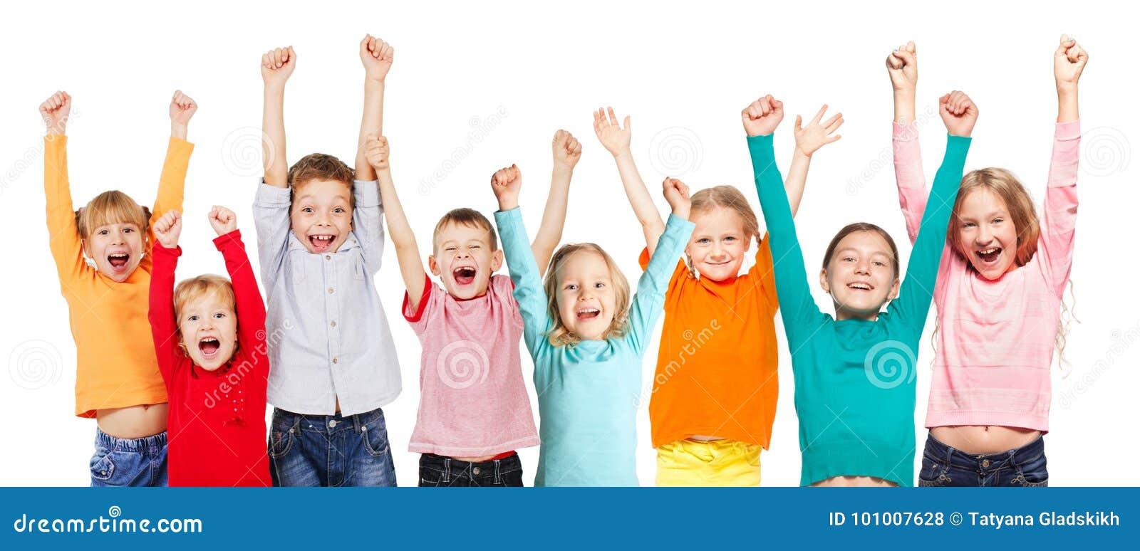 Enfants de groupe de bonheur avec leurs mains