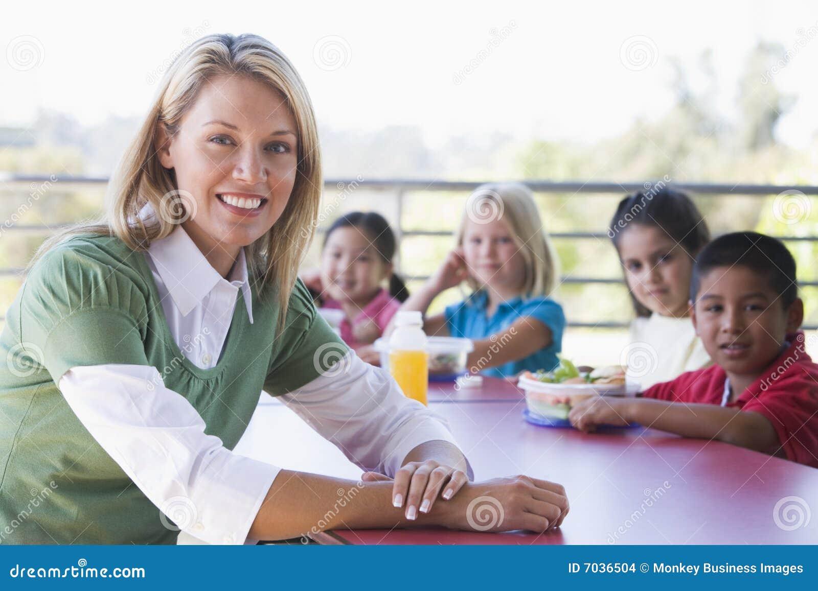 Enfants de jardin d enfants mangeant le déjeuner
